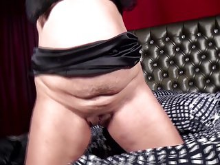 Natural mature mom and wife feeding her old cunt